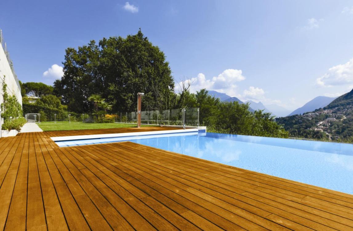 Taras drewniany nad basenem